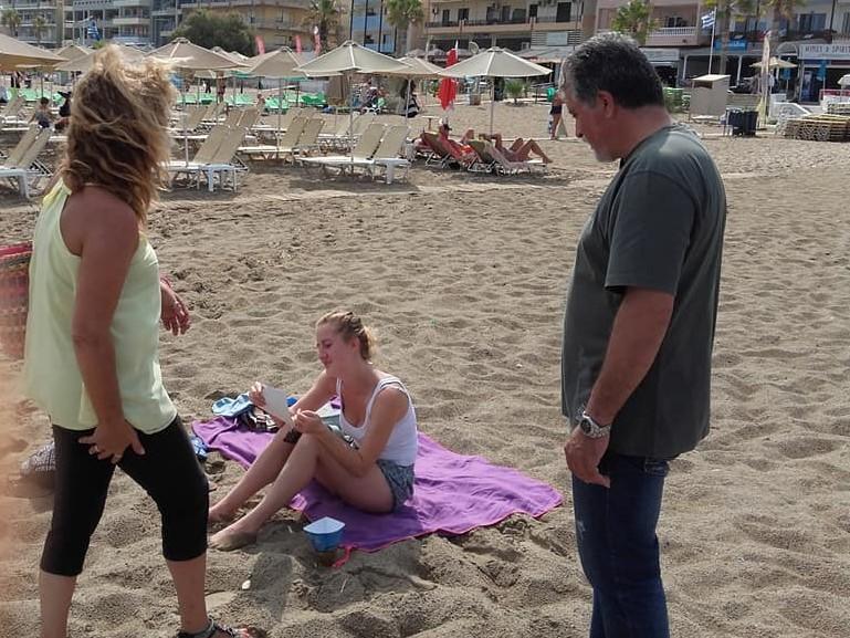 Μοίρασαν χάρτινα τασάκια στις παραλίες του Ρεθύμνου