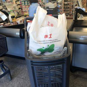 Μια «μπλε» τσάντα από τον… μπλε κάδο της ανακύκλωσης!
