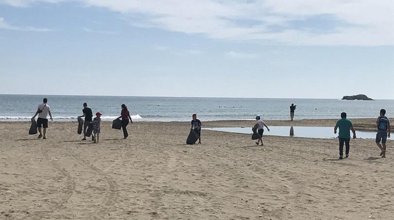 Με κέφι και όρεξη καθάρισαν την παραλία του Καρτερού