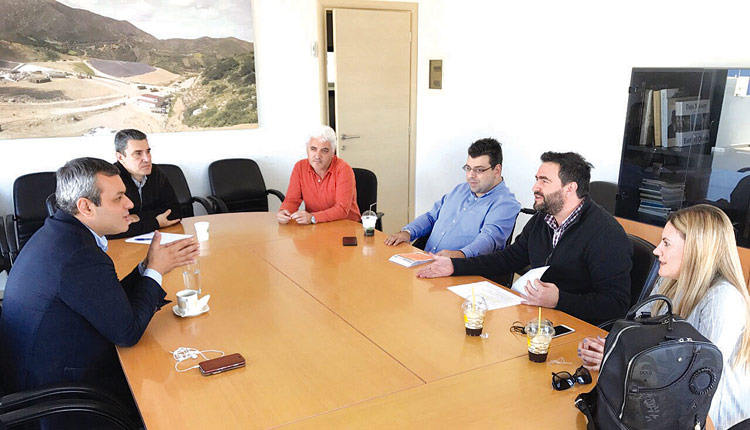 Με τον Πρόεδρο του Οικονομικού Επιμελητηρίου Ελλάδος / Τμήμα Ανατολικής Κρήτης (Ο.Ε.Ε./Τ.Α.Κ.) Γιώργο Σισαμάκη και τα μέλη του Διοικητικού Συμβουλίου του Επιμελητηρίου Μαρία Κυπριωτάκη και Νίκο Μαυροματάκη, συναντήθηκε ο Πρόεδρος του Ενιαίου Συνδέσμου Διαχείρισης Απορριμμάτων Κρήτης (Ε.Σ.Δ.Α.Κ.) Χάρης Μαμουλάκης και στελέχη του Συνδέσμου.