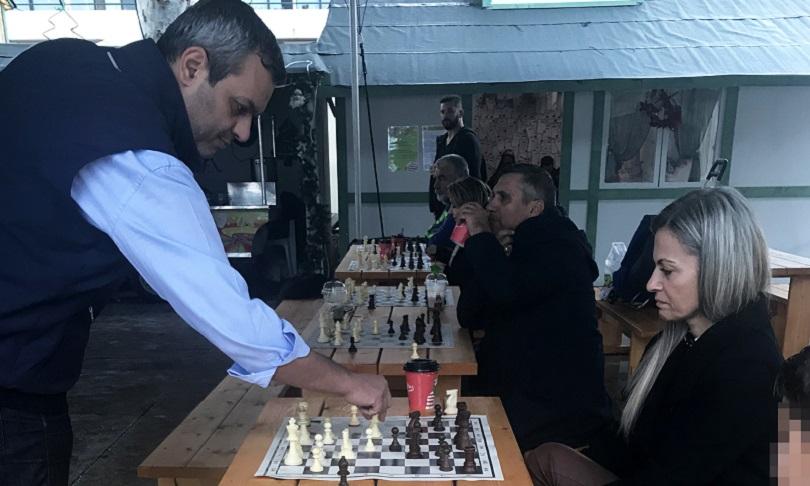 σιμουλτανέ σκάκι με τον Χάρη Μαμουλάκη